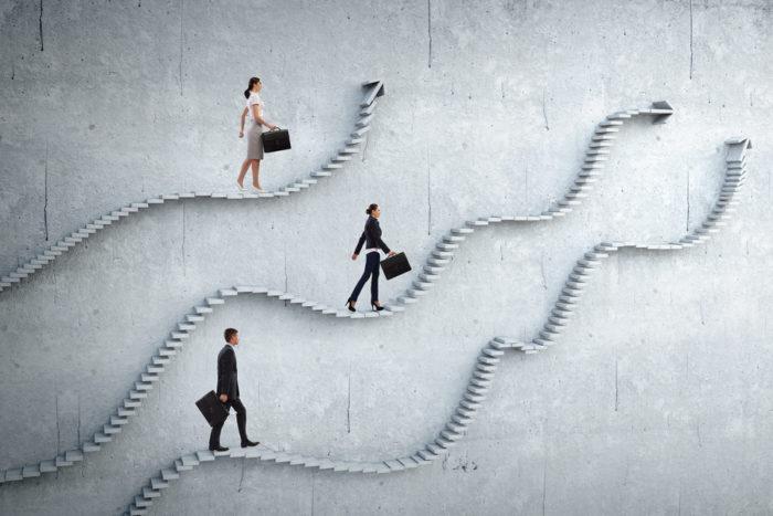 buscar mi primer empleo - imagen de escalera con personas subiendo escaleras